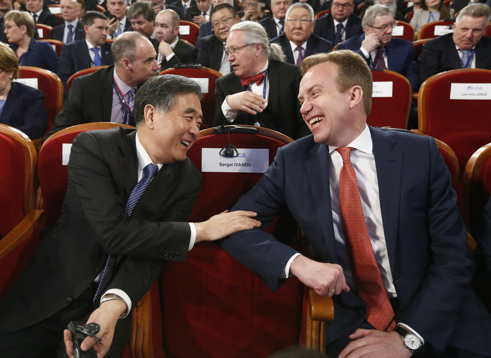 Chinese Vice Premier Wang Yang laughing with Norwegian Foreign Minister Borge Brende before a session of the International Arctic Forum in Arkhangelsk, Russia