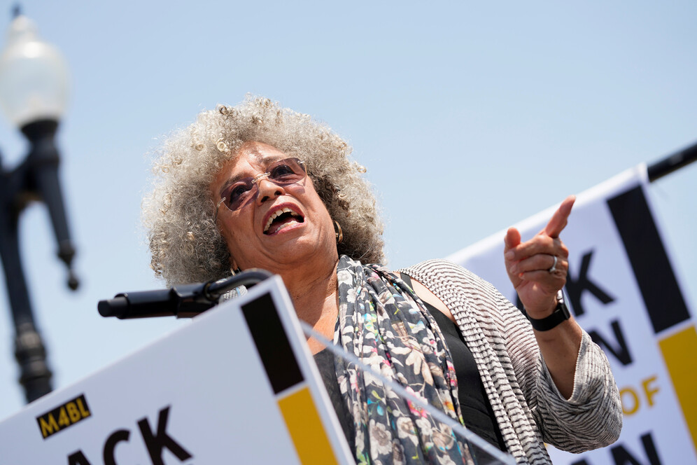angela davis speaks at rally to censure trump
