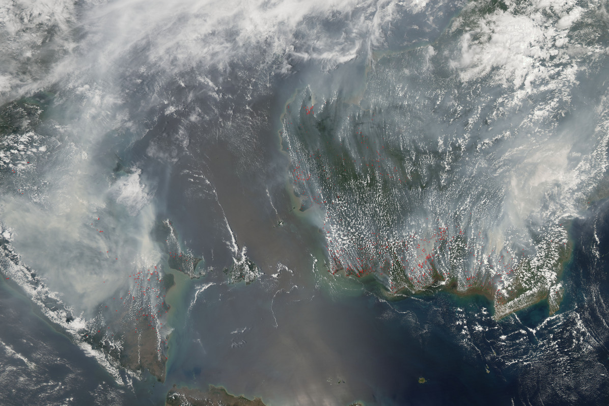 Smoke from agricultural and forest fires burning on Sumatra (left) and Borneo (right) in late September and early October 2006 blanketed a wide region with smoke that interrupted air and highway travel and pushed air quality to unhealthy levels. © NASA Earth Observatory